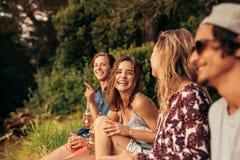 Jeunes amis gais traînant avec des bières Photos libres de droits