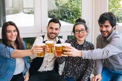 Jeunes amis grillant avec de la bière Photos libres de droits