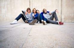 Jeunes amis heureux Image stock