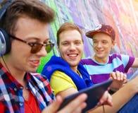 Jeunes amis heureux Photo libre de droits