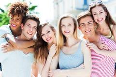 Jeunes amis heureux Photographie stock libre de droits