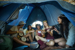 Jeunes amis heureux appréciant dans la tente Photos libres de droits