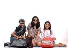 Jeunes amis heureux avec des sacs ? provisions Images stock