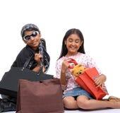 Jeunes amis heureux avec des sacs ? provisions Images libres de droits
