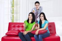 Jeunes amis heureux avec du vin Images libres de droits