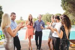 Jeunes amis heureux ayant des boissons Image libre de droits