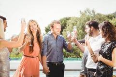 Jeunes amis heureux ayant des boissons Photo libre de droits
