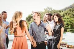 Jeunes amis heureux ayant des boissons Photographie stock libre de droits