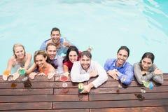 Jeunes amis heureux ayant des boissons Photo stock