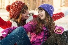 Jeunes amis heureux ayant l'amusement en hiver Photos stock