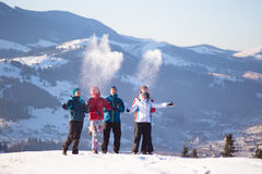 Jeunes amis heureux ayant l'amusement en montagnes d'hiver Photographie stock