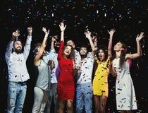 Jeunes amis heureux ayant la partie à la boîte de nuit Photos libres de droits