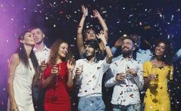 Jeunes amis heureux ayant la partie à la boîte de nuit Image stock