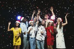Jeunes amis heureux ayant la partie à la boîte de nuit Photo libre de droits