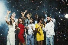 Jeunes amis heureux ayant la partie à la boîte de nuit Image libre de droits