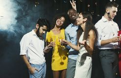 Jeunes amis heureux ayant la partie à la boîte de nuit Photo stock