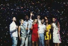 Jeunes amis heureux ayant la partie à la boîte de nuit Photos stock