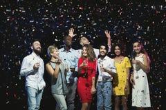 Jeunes amis heureux ayant la partie à la boîte de nuit Photographie stock libre de droits