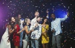 Jeunes amis heureux ayant la partie à la boîte de nuit et teking le selfie Photo libre de droits