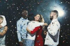 Jeunes amis heureux célébrant Noël à la boîte de nuit Photographie stock