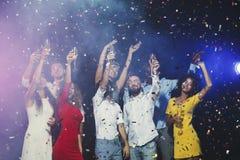 Jeunes amis heureux célébrant Noël à la boîte de nuit Photo libre de droits