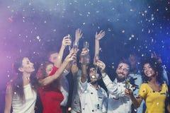 Jeunes amis heureux célébrant Noël à la boîte de nuit Photo stock