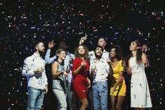 Jeunes amis heureux célébrant Noël à la boîte de nuit Photographie stock libre de droits