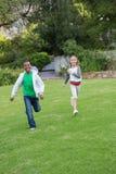 Jeunes amis heureux courant vers l'appareil-photo Image libre de droits