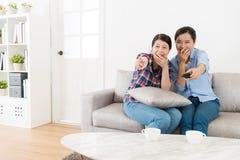 Jeunes amis heureux de femmes regardant la TV ensemble Photo libre de droits