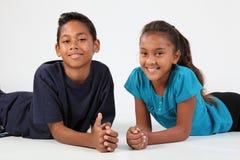 Jeunes amis heureux garçon d'école et détente de fille Photographie stock