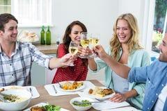 Jeunes amis heureux grillant le vin blanc Images libres de droits