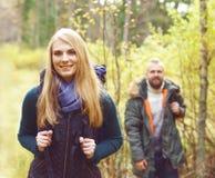 Jeunes amis heureux marchant dans la forêt et appréciant un bon automne Photo libre de droits