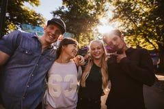 Jeunes amis heureux marchant en parc d'attractions Photos libres de droits