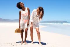 Jeunes amis heureux marchant ensemble à la plage Photographie stock
