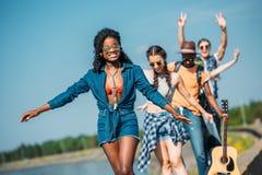 jeunes amis heureux multi-ethniques dans le regard de vêtements décontractés Photo stock