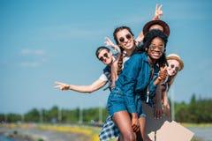 jeunes amis heureux multi-ethniques dans le regard de vêtements décontractés Photographie stock