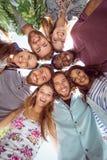 Jeunes amis heureux posant ensemble Images stock