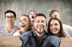 Jeunes amis heureux prenant le selfie Photographie stock