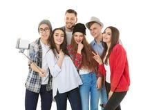 Jeunes amis heureux prenant le selfie Image libre de droits