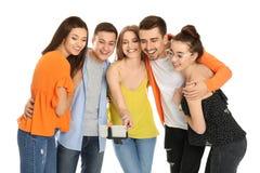 Jeunes amis heureux prenant le selfie Photo stock