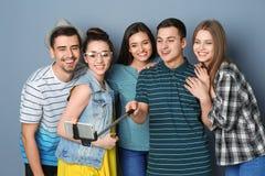 Jeunes amis heureux prenant le selfie Photos libres de droits
