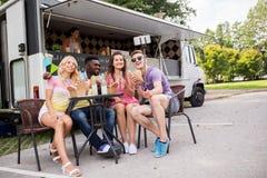 Jeunes amis heureux prenant le selfie au camion de nourriture Photos libres de droits