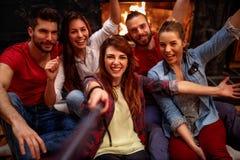 Jeunes amis heureux prenant le selfie avec le téléphone portable Photographie stock