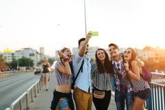 Jeunes amis heureux prenant le selfie sur la rue Images libres de droits