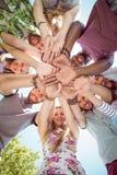 Jeunes amis heureux remontant des mains Photos stock
