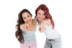 Jeunes amis heureux se dirigeant sur le fond blanc Images libres de droits