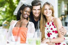 Jeunes amis heureux souriant dehors étant près de l'un l'autre Images libres de droits