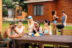 Jeunes amis heureux sur la partie extérieure d'été Photo libre de droits