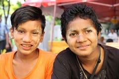 Jeunes amis heureux travaillant sur le marché en plein air, Myanmar Photo libre de droits