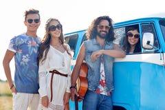 Jeunes amis hippies de sourire au-dessus de voiture de monospace Photo libre de droits